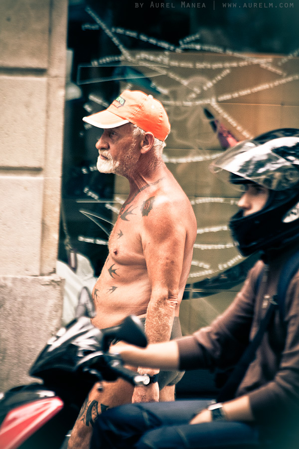 Barcelona-naked-old-man-with-tattoos-02