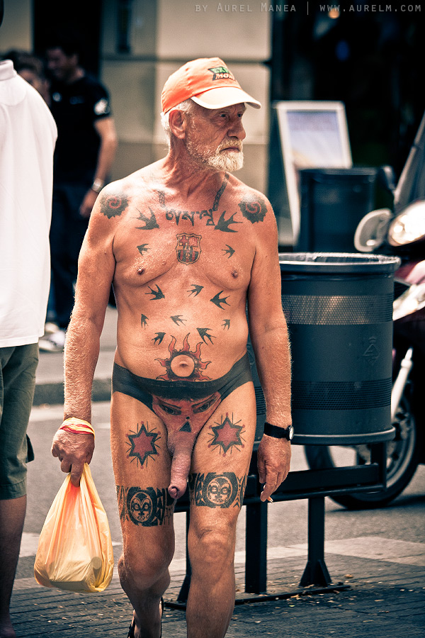 Barcelona-naked-old-man-with-tattoos-04