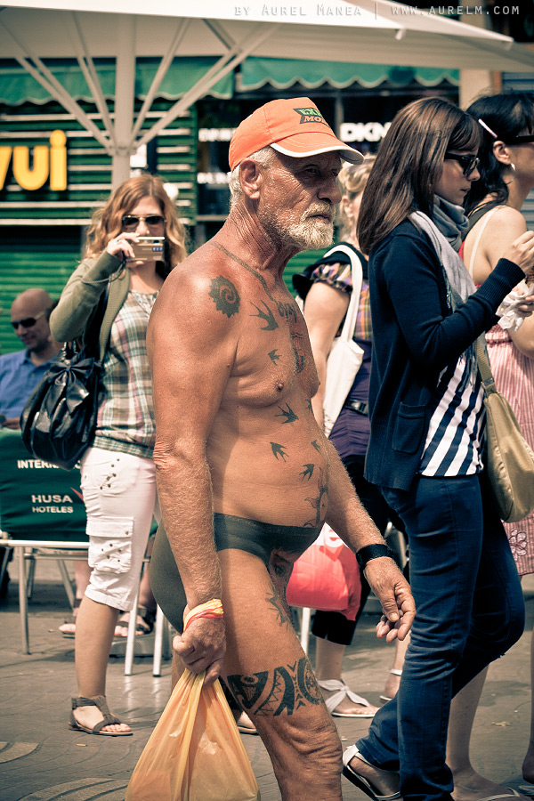 Barcelona-naked-old-man-with-tattoos-08