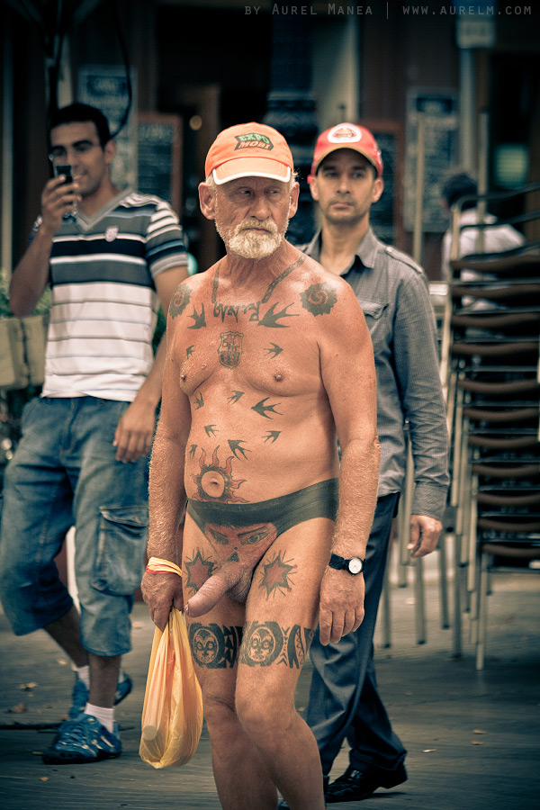 Barcelona-naked-old-man-with-tattoos-10