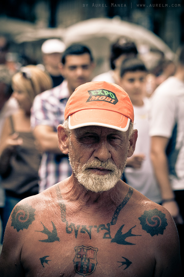 Barcelona-naked-old-man-with-tattoos-11