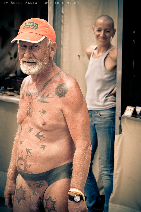 Barcelona-naked-old-man-with-tattoos-16
