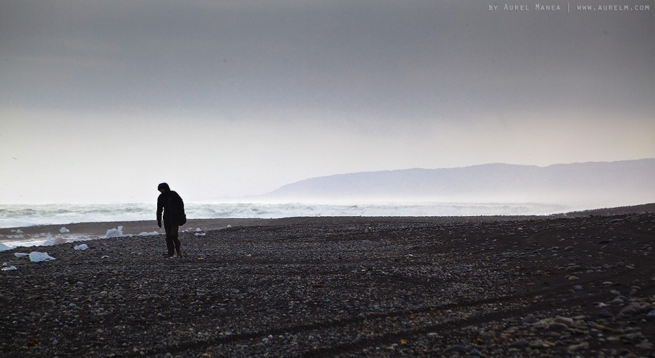 Iceland-Jokulsarlon-man-on-beach-02