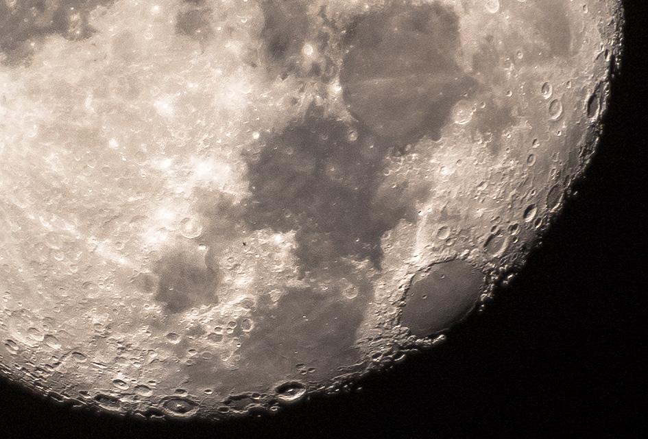 Crop 100% al lunii pe 6d cu Tamronul si convertor 1.4x Sigma.